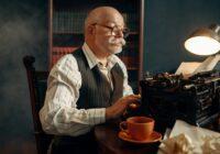 Uomo anziano alla macchina da scrivere, il content marketing vintage