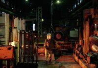 Operatore che lavora da solo col ferro in una impresa, a rappresentare il passaggio da ditta individuale ad azienda